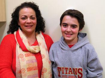Liam, patient âgé de 14 ans  avec la fibrose kystique , est en train de faire un test de fonction pulmonaire afin d'évaluer l'efficacité de ses poumons, accompagné de l'équipe de la clinique de Fibrose kystique de l'Hôpital de Montréal pour enfants