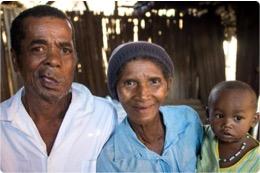 Sambany et sa famille après l'opération.