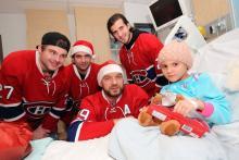 Kayla sourit avec des joueurs des Canadiens de Montréal.