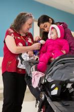 Florence Corleto, sept mois, est née avec la maladie du sirop d'érable, un type d'erreur innée du métabolisme. Sa mère, aussi prénommée Florence (à droite), examine toujours les nouveaux aliments avec Marie Lefrançois (à gauche) pour s'assurer qu'ils ne sont pas dangereux pour sa fille.