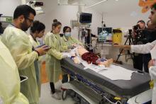 Les urgentologues traitent un mannequin