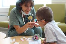 Prochaine étape, choisir l'odeur dont sera imprégné le masque d'Hoppy avant qu'il tombe endormi, exactement comme pour les vrais patients de l'Hôpital de Montréal pour enfants. Avec l'aide de Nathalie, éducatrice en milieu pédiatrique, Matteo choisit l'odeur de l'ananas.