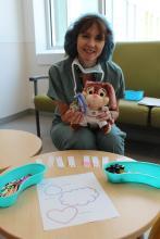 Le 2e poste d'examen est supervisé par Nathalie, éducatrice en milieu pédiatrique; on y trouve toute une panoplie d'odeurs qu'on peut mettre à l'intérieur du masque des oursons pour les aider à se détendre avant de s'endormir pour l'opération.